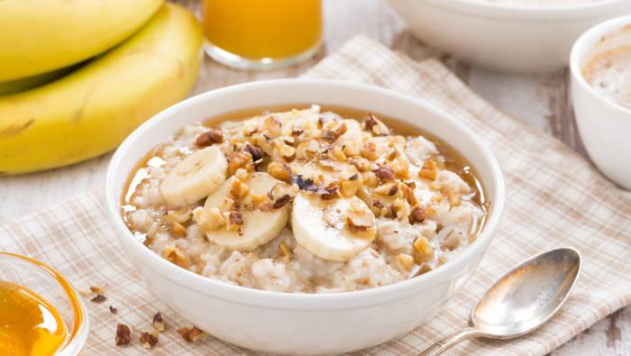 Gesundes Frühstück mit Haferflocken und Obst