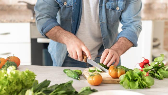 Inspiration zum Kochen kommt beim Gemüse schneiden